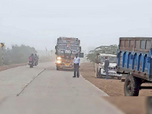 हाइवे पर बगैर रिफ्लेक्टर व बेक लाइट वाले ट्रकाें पर कार्रवाई करती ट्रैफिक पुलिस। - Dainik Bhaskar