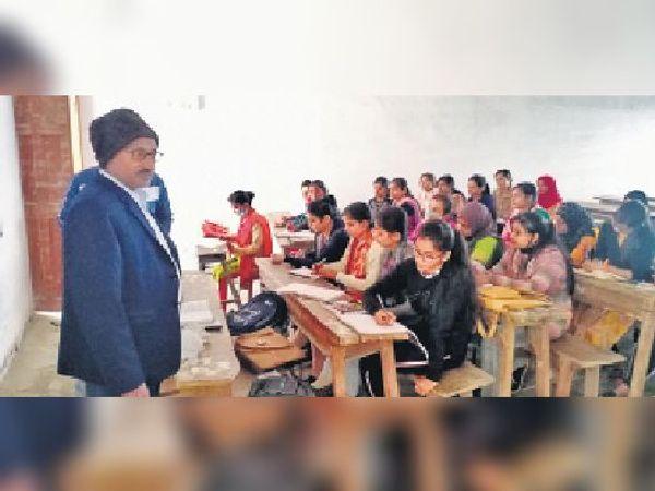 शहर के डीएवी पीजी कॉलेज में काॅमर्स का क्लास चलाते एचओडी डॉ. कृष्ण कुमार। - Dainik Bhaskar
