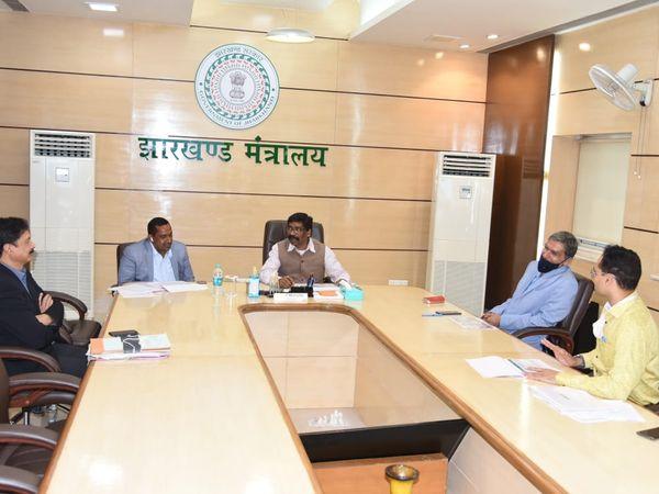 हेल्थ मिनिस्टर और सचिव के साथ बैठक करते CM हेमंत सोरेन। - Dainik Bhaskar