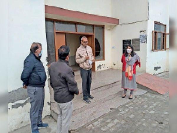 कम्युनिटी सेंटर का दौरा करते निगम कमिश्नर अशाेक कुमार गर्ग। - Dainik Bhaskar