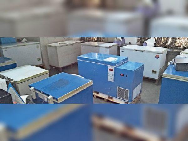 शहर के सरकारी अस्पताल के वैक्सीन स्टोर रूम में इंस्टाल किए गए  रेफ्रिजरेटर। इनमें वैक्सीन रखी जाएंगी। - Dainik Bhaskar