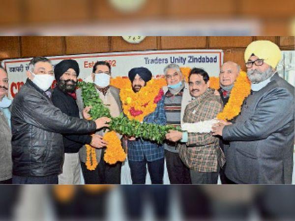 व्यापार मंडल चंडीगढ़ के अध्यक्ष चुने गए चरंजीव सिंह का फूलों की माला पहनाकर स्वागत करते व्यापारी। - Dainik Bhaskar