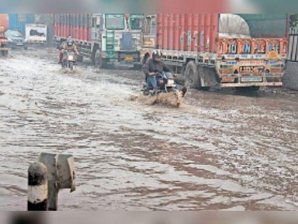 एक्सप्रेसवे पर नरसिंहपुर के पास बारिश के बाद जल भराव। - Dainik Bhaskar