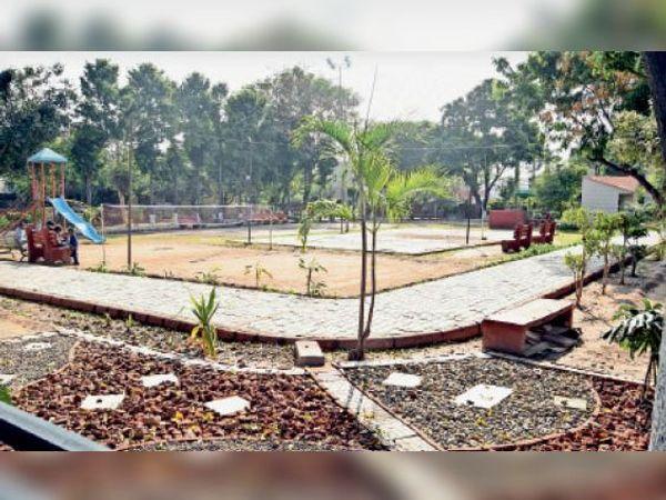 सेक्टर-12 का पार्क, यहां पर बच्चों और पार्षदों ने अपने स्तर पर बेडमिंटन के लिए नेट लगाया है। - Dainik Bhaskar