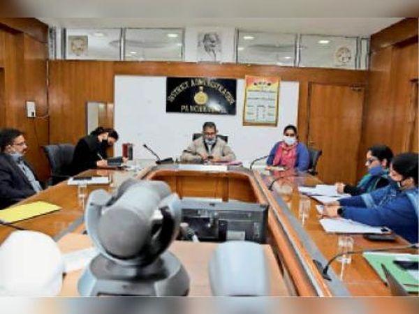 ई-संजीवनी एप को लेकर बुधवार को डीसी ने हेल्थ डिपार्टमेंट के अफसरों के साथ बैठक की। - Dainik Bhaskar