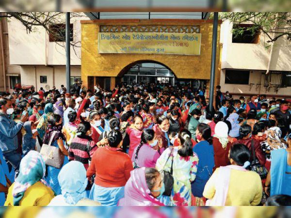 सिविल परिसर में तृतीय और चतुर्थ श्रेणी कर्मचारियों ने जमकर हंगामा किया। आश्वासन पर लौटे। - Dainik Bhaskar