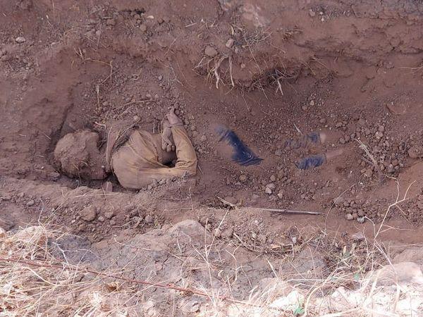 बुधवार को गांव के पास खेत में लड़की का शव मिट्टी में दबा मिला था। - Dainik Bhaskar