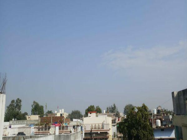 आसमान साफ, सुबह से खिली धूप - Dainik Bhaskar