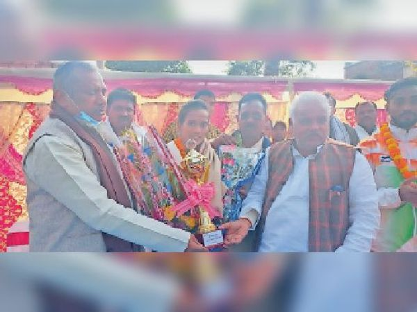 सम्मानित करते पूर्व मंत्री व सांसद। - Dainik Bhaskar