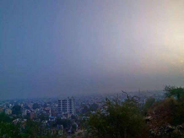 गुरुवार को दिन में कोहरे के चलते तापमान में गिरावट की संभावना जताई गई है। - Dainik Bhaskar