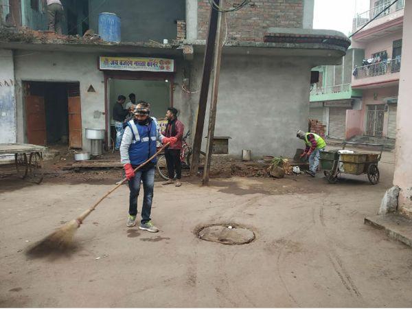 गुरुवार सुबह शहर में झाडू लगाते सफाई कर्मचारी - Dainik Bhaskar