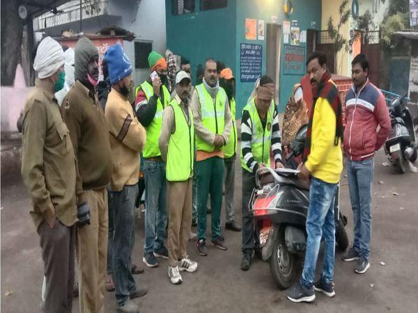 छह दिन की हड़ताल के बाद गुरुवार सुबह काम पर निकले सफाई कर्मचारी हाजिरी लगवाते हुए