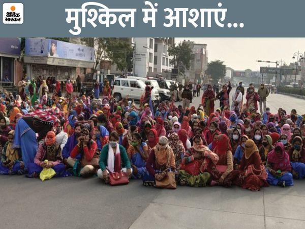 यह फोटो 5 जनवरी का है। तब आशा सहयोगिनी कार्यकर्ताओं ने टोंक रोड जाम कर दी थी। - Dainik Bhaskar