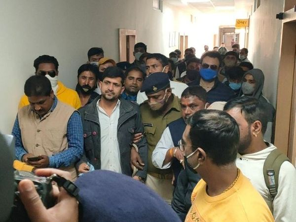 भैरव सिंह को कोर्ट से जेल ले जाती पुलिस। - Dainik Bhaskar