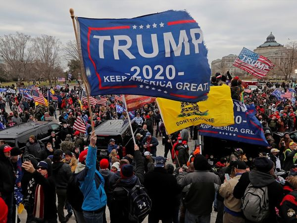 ट्रम्प समर्थकों के हाथों में KEEP AMERICA GREAT लिखे बैनर थे।