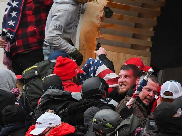 पुलिस फोर्स ने ट्रम्प समर्थकों को रोकने की कोशिश की। बात नहीं बनी तो लाठी चलानी पड़ी। इसमें कुछ प्रदर्शनकारियों के सिर फूट गए।