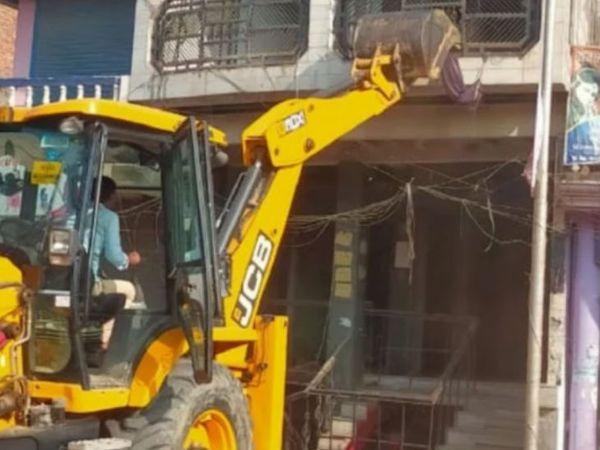 यह फोटो आजमगढ़ की है। यहां टॉप 10 अपराधियों में शामिल कुंटू सिंह का मकान गुरुवार को प्रशासन ढहा दिया। - Dainik Bhaskar
