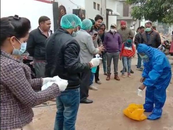 भरतपुर। मृत मिले कौए को दफनाने की प्रक्रिया करते शुपालन विभाग के चिकित्सक। - Dainik Bhaskar