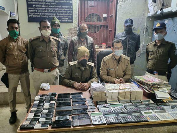 सट्टा किंग बिरजू महेश्वरी के फ्लैट से जब्त मोबाइल व कैलकुलेटर की फाइल फोटो। - Dainik Bhaskar