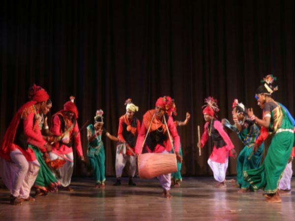 थ गोंड जनजातीय नृत्य सैला और करमा की प्रस्तुति देते कलाकार। - Dainik Bhaskar