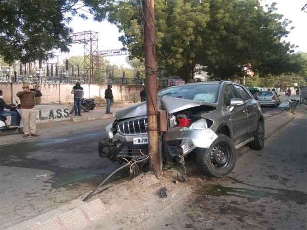 चौपासनी हाउसिंग बोर्ड में गुरुवार सुबह पोल से टकराई कार। - Dainik Bhaskar