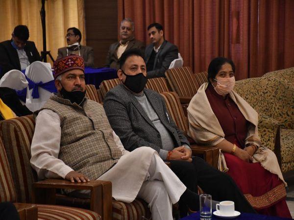 BJP चंडीगढ़ के संगठन मंत्री दिनेश कुमार शर्मा, मेयर पद के उम्मीदवार रविकांत शर्मा और डिप्टी मेयर पद की उम्मीदवार फर्मिला देवी।