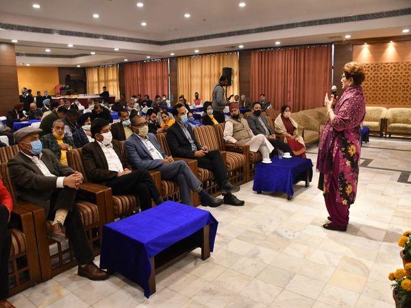 पार्षदों को संबोधित करतीं मेयर राजबाला मलिक। - Dainik Bhaskar