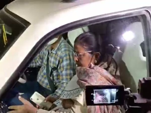 मुख्यमंत्री आवास जातीं डिप्टी CM रेणु देवी।