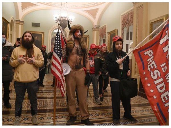 जिस वक्त राष्ट्रपति के तौर पर जो बाइडेन की जीत का ऐलान करने के लिए अमेरिकी संसद के संयुक्त सत्र में घोषणा की जानी थी, उसी दौरान रैली कर रहे ट्रम्प समर्थक हिंसक हो गए। - Dainik Bhaskar