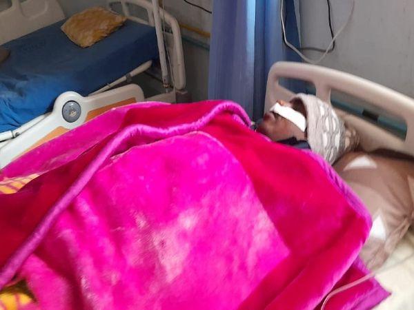रोड़ेबाजी में घायल हुए पुलिसकर्मी। - Dainik Bhaskar