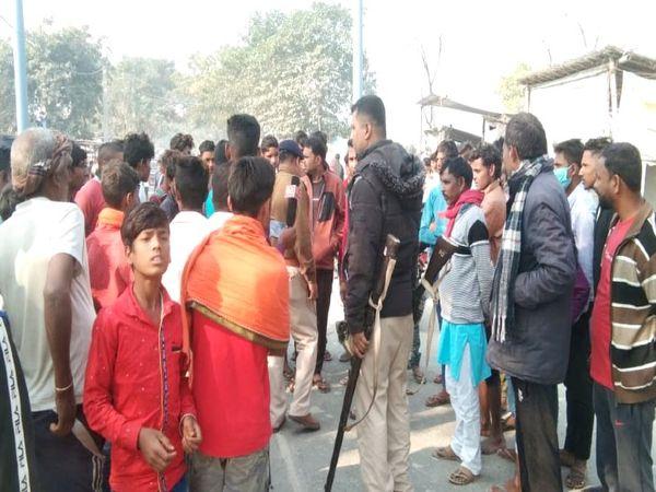 घटना के बाद हाइवे पर लगी लोगों की भीड़। - Dainik Bhaskar