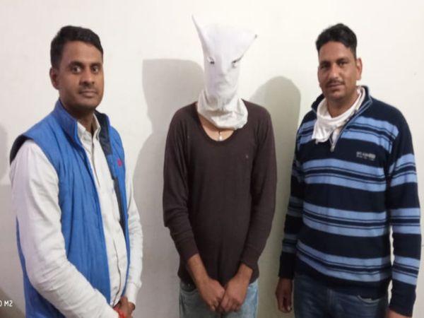 पुलिस की गिरफ्त में लूट का आरोपी जसवंत बीच में - Dainik Bhaskar