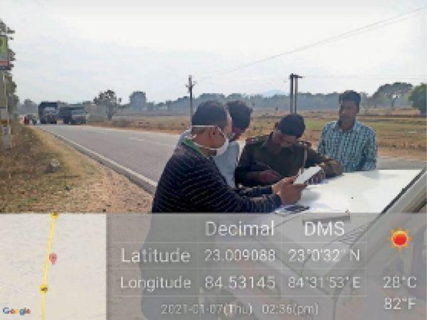 दुर्घटना संभावित क्षेत्र का निरीक्षण करते अधिकारी। - Dainik Bhaskar