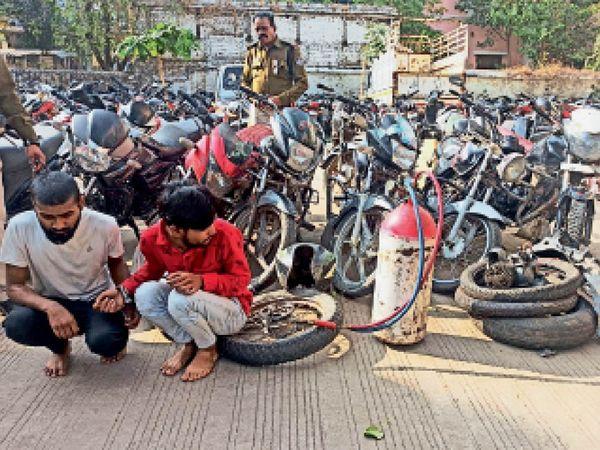 पुलिस की गिरफ्त में बाइक चाेर और पीछे रखी सामग्री। - Dainik Bhaskar