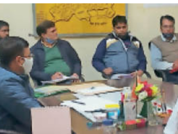 डीग. बैठक में मौजूद अधिकारी-जनप्रतिनिधि। - Dainik Bhaskar