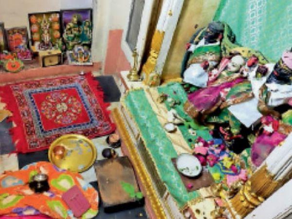कोटगेट के ठीक सामने इसी मंदिर में हुई चोरी। यहां से जेवरों के अलावा मूर्तियां भी ले गए चोर। - Dainik Bhaskar
