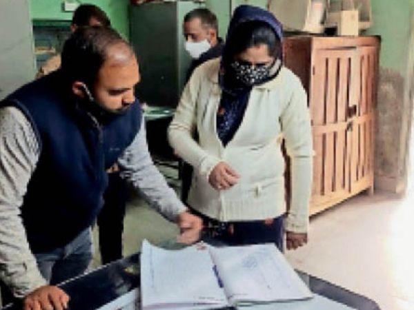 निगम कार्यालय में पहुंचने के बाद अटेंडेंस रजिस्टर चेक करती मेयर सुशीला कंवर राजपुरोहित। - Dainik Bhaskar