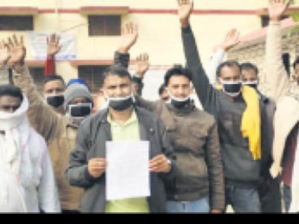 बयाना. एसडीएम कार्यालय परिसर में नारेबाजी प्रदर्शन करते ग्रामीण - Dainik Bhaskar