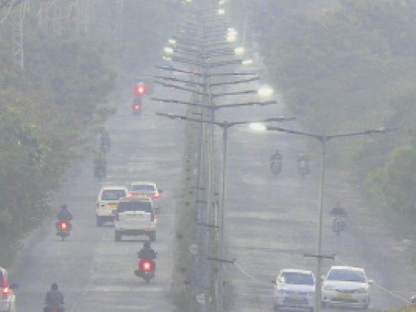 बाड़मेर . सर्द हवा के साथ छाए रहे कोहरे का जैसलमेर रोड़ ओवरब्रिज से सर्किट हाउस रोड़  का लिया गया दृश्य । - Dainik Bhaskar