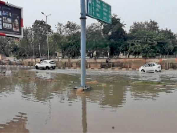 झुंझुनूं-सीकर मार्ग पर एफसीआई गोदाम के पास मुख्य सड़क पर भरा बरसात का पानी। - Dainik Bhaskar