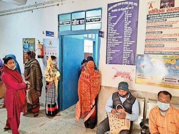 सदर अस्पताल में सीबीसी जांच कराने पहुंचीं महिला मरीज। - Dainik Bhaskar