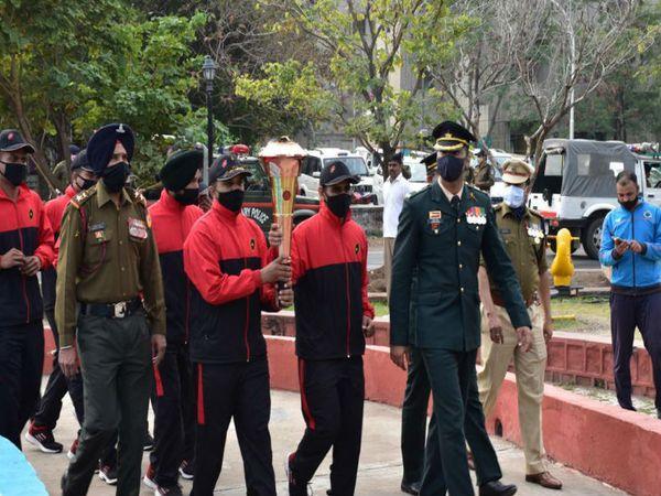 'स्वर्णिम विजय मशाल' गुरुवार को सीआरपीएफ मुख्यालय पहुंची। - Dainik Bhaskar