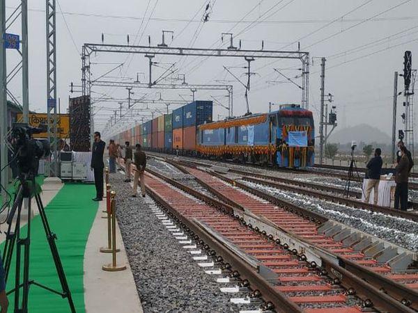 इलेक्ट्रिक रूट पर डबल स्टैक डेढ़ किलोमीटर लम्बी कंटेनर ट्रेन