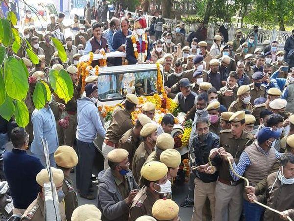 पुलिसकर्मियों ने एसपी कार्यालय से एसपी को वाहन में बैठाकर उनके निवास स्थान तक रैली के रूप में पहुंचाया