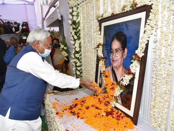 केंद्रीय मंत्री रविशंकर प्रसाद की मां को श्रद्धांजलि देते मुख्यमंत्री नीतीश कुमार। - Dainik Bhaskar