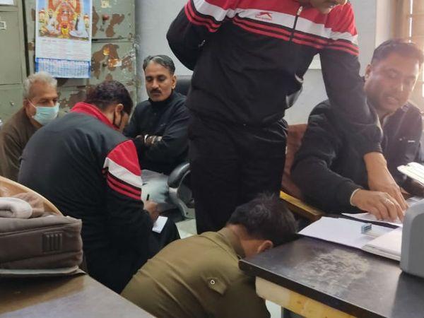 रिश्वत लेते पकड़ाने के बाद यांत्रिकी सहायक के खिलाफ लोकायुक्त पुलिस ने कार्रवाई शुरू कर दी। - Dainik Bhaskar