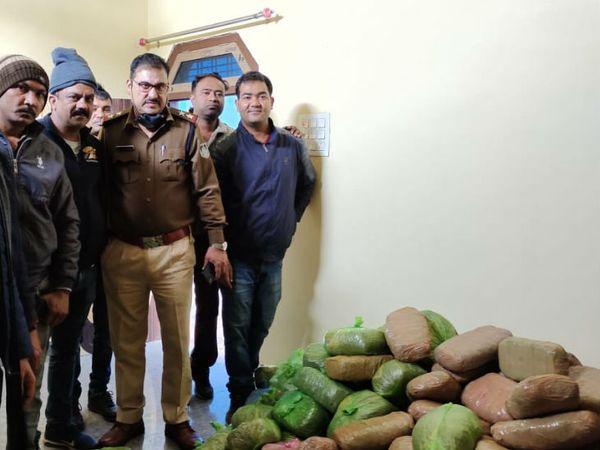 आरोपियों ने घर की किचन में मौजूद अलमारी में गांजे के पैकेट बनाकर रखे थे। - Dainik Bhaskar