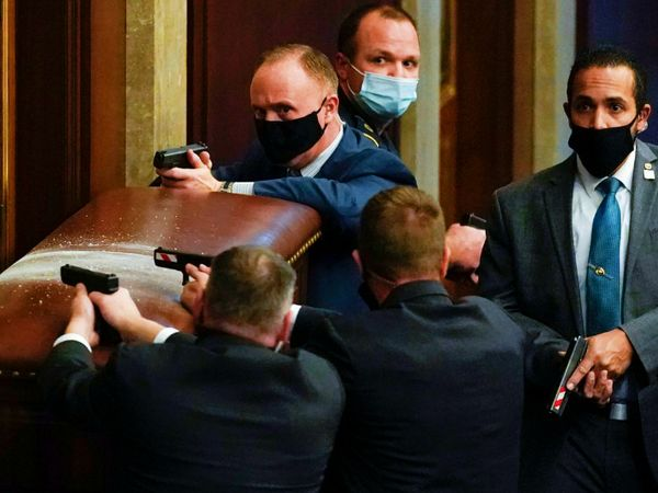 अमेरिकी संसद में बुधवार को जब ट्रम्प समर्थक दंगाई घुसे तो पुलिस और स्पेशल फोर्स ने मोर्चा संभाला। इस दौरान उनके हाथ में गन नजर आईं। - Dainik Bhaskar