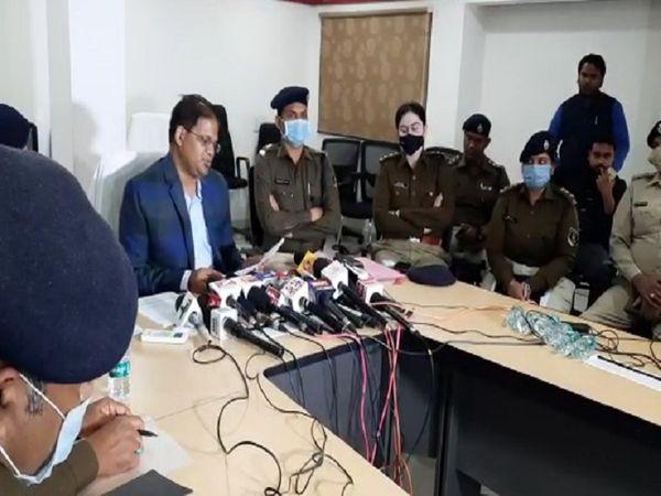 तस्वीर रायपुर के एसएसपी अजय यादव की है। उन्होंने सिविल लांइस स्थित कंट्रोल रूम कैंपस में मीडिया को पुलिस के कामों की जानकारी दी। - Dainik Bhaskar