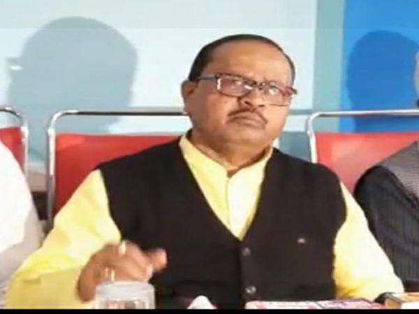 मीडिया से बात करते विधायक गोपाल मंडल। - Dainik Bhaskar